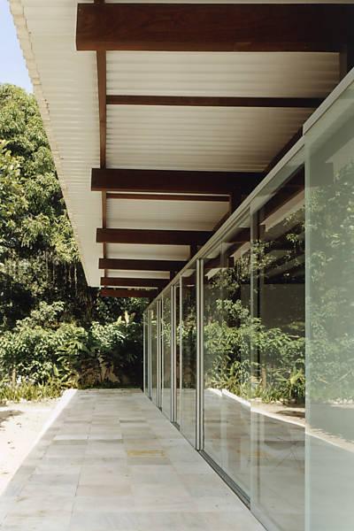 Detalhe dos beirais largos que protegem as áreas internas de sol e chuva.
