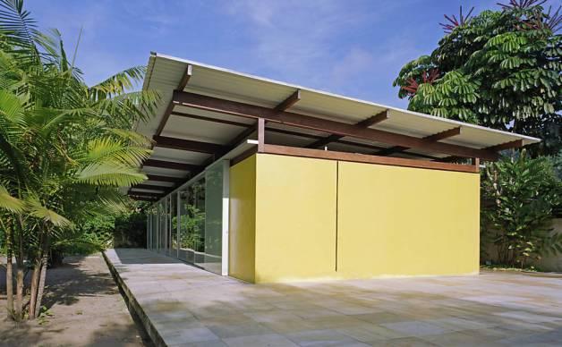 Para conter a umidade, a estrutura foi erguida sobre uma base de pedra de São Tomé.